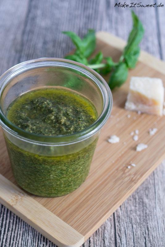 Basilikum Genovese Pesto Rezept Parmesan Pinienkerne Vegetarisch einfach selbstgemacht Geschenk aus der Kueche