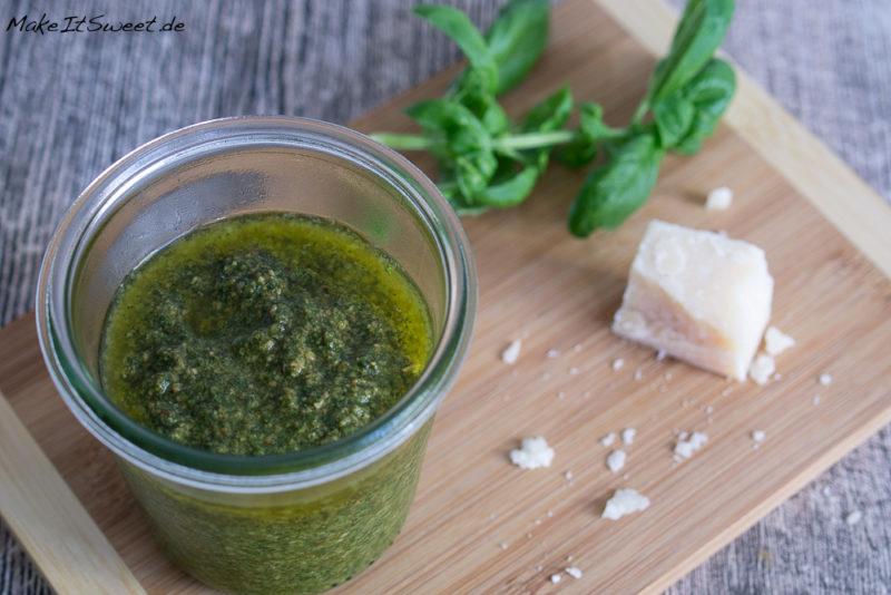 Basilikum Pinienkern einfach Pesto Rezept Parmesan