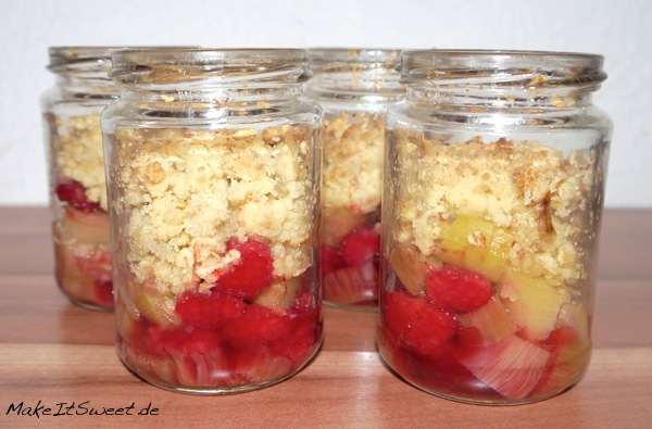 Rharbarber-Himbeere-Crumble-Rezept-Dessert-einfach