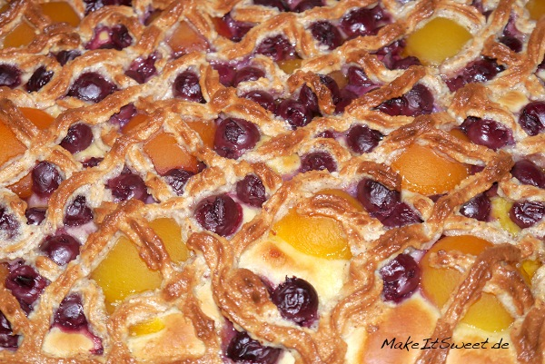 Kirsch-Aprikosen-Blechkuchen-mit-Marzipan-Rezept