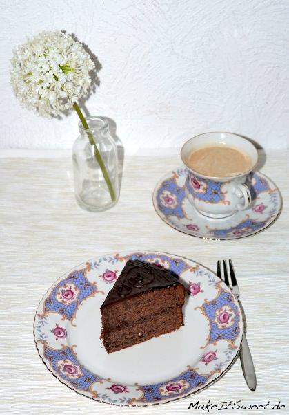 Sachertorte-Schokoladentorte-mit-Konfitüre-einfaches-Rezept