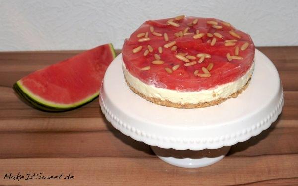Wassermelonen-Kühlschranktorte-ohne-Backen-mit-Pinienkernen-Rezept