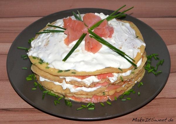 Räucherlachs Pfannkuchen Torte Rezept mit Schnittlauch und Meerrettich Frischkaese