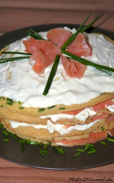 Raeucherlachs-Pfannkuchen-Torte Rezept mit Schnittlauch