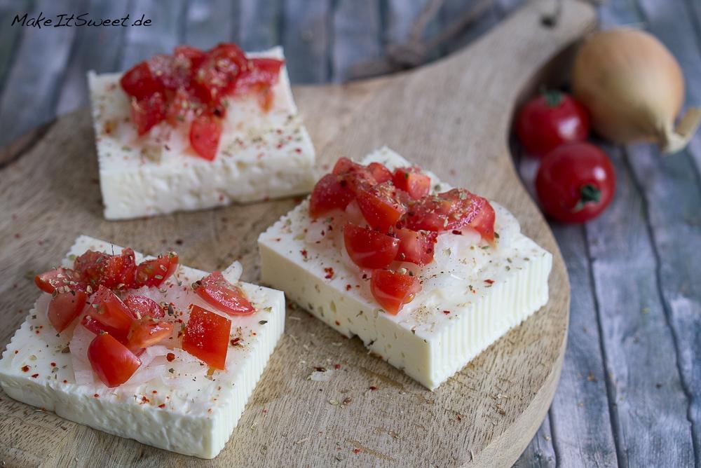 Gegrillter Feta mit Zwiebeln und Tomaten Rezept vegetarisch