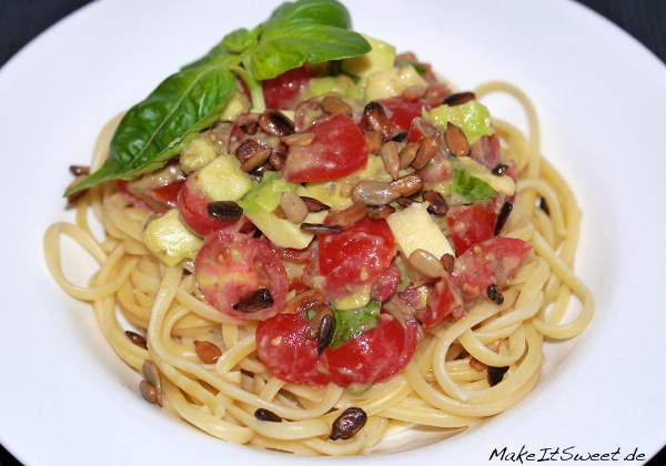 Hauptspeise Linguine mit Tomaten Avocado und Sonnenblumenkerne Rezept