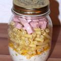 Nudelsalat im Glas Schinken Mais Vorbereiten Zubereiten Schichten Rezept