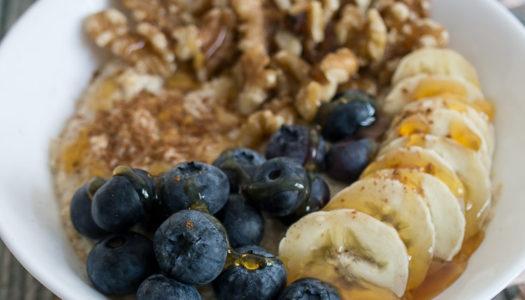 Porridge mit Blaubeeren, Banane und Walnuss Rezept