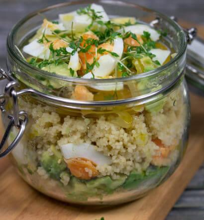 Couscous Avocado Eier Salat im Glas Rezept vegetarisch einfach vorbereiten Mittagessen Schicht