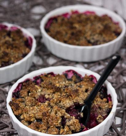 Gesundes Beeren-Crumble Rezept Dessert vegan vegetarisch einfach ohne Zucker ohne Mehl ohne Milch ohne Ei