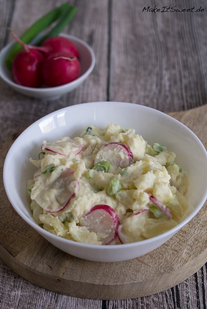 Kartoffelsalat mit Radieschen Lauchzwiebeln Rezept vegetarisch Senf Joghurt Mayonnaise Grillen