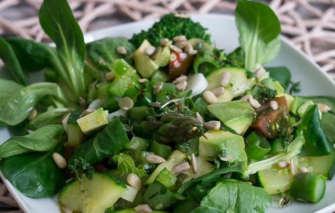 EDEKA Unsere Heimat - Gruener Salat mit Brokkoli Zucchini Spargel Paprika Tomate Spinat Fenchel Honig Senf Chili Feldsalat Kresse Rezept