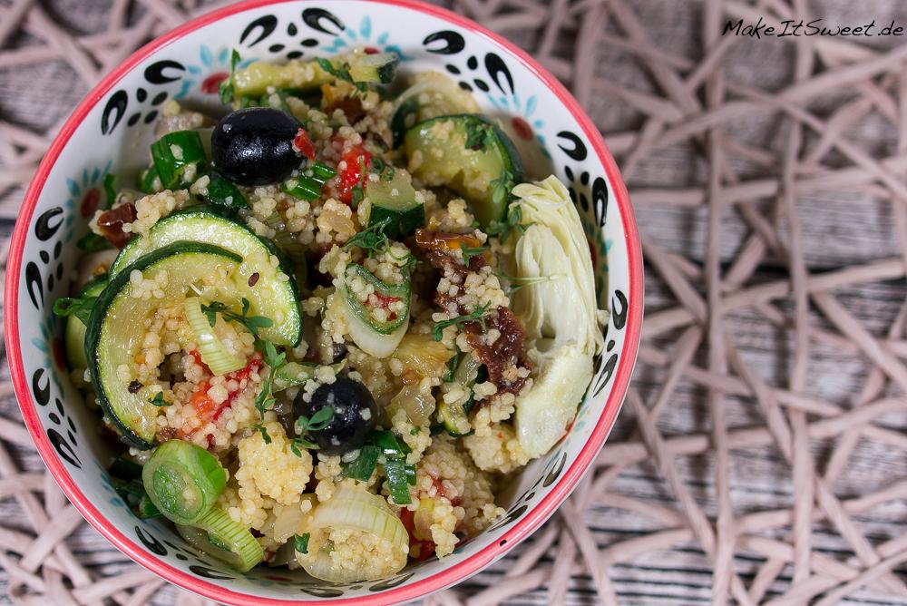 Buchvorstellung basisch clean green mediterane Couscous Bowl Paprika Zucchini Tomate Olive Artichocke Kokosoel
