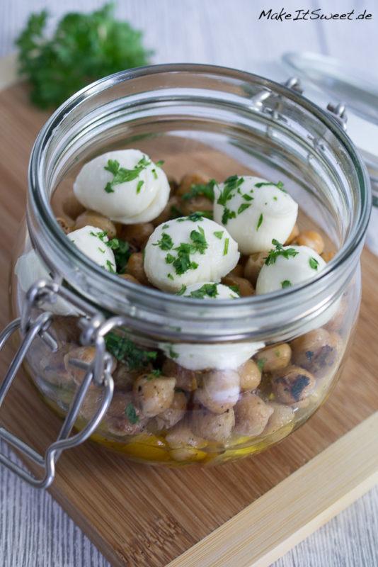 Kichererbsen Tomate Mozzarella Petersilie Salat im Glas Rezept vorbereiten togo mitnehmen vegetarisch