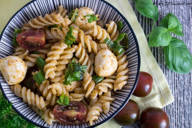 Nudel Pesto Salat Mozzarella Tomate Petersilie Basilikum Rezept Mittagessen