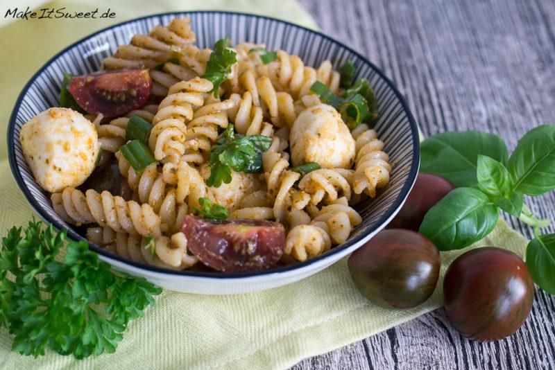 Nudeln Pesto Salat Mozzarella Tomate Petersilie Basilikum vorbereiten grillen Rezept