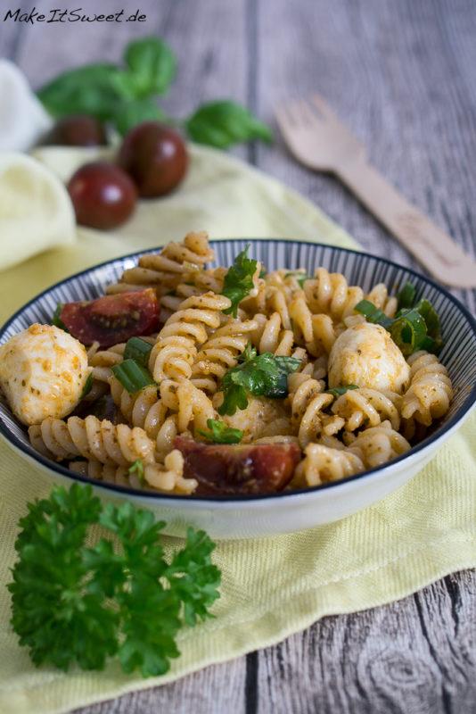 Nudelsalat Pesto Mozzarella Tomate Petersilie Basilikum Grillen schnell und einfach Rezept