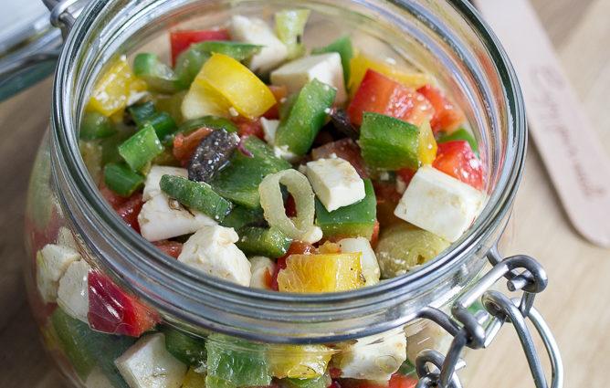 Paprika Feta Oliven Salat im Glas Rezept vorbereiten mitnehmen togo Picknick Mittagessen vegetarisch