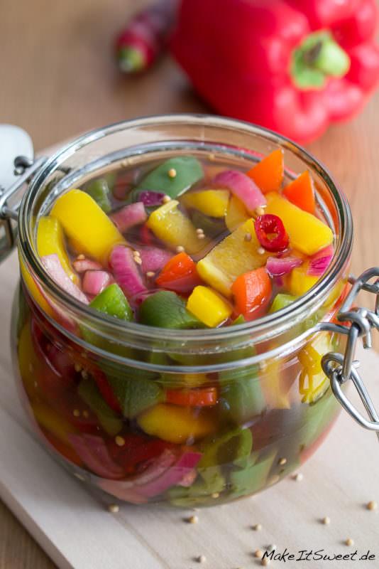 Eingelegte bunte Paprika Rezept Zwiebel Chili Gemuese einmachen mit Essig
