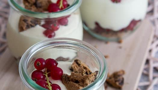 Johannisbeer-Dessert im Glas mit Mangocreme und Cookies Rezept