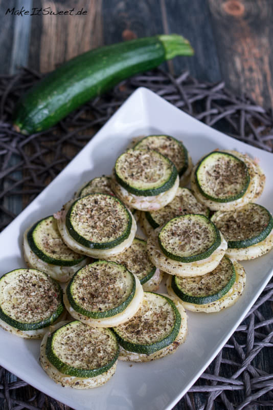 Zucchini Haeppchen mit Creme Fraiche und Zwiebeln Fingerfood Rezept schnel und einfach vegetarisch