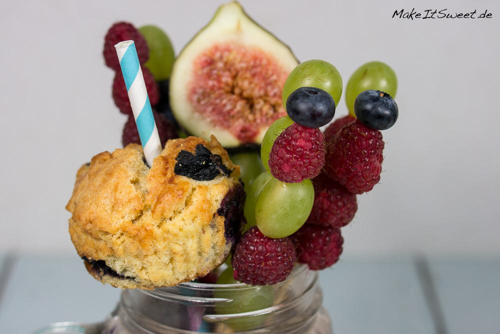 healthy freakshake gesund obst blaubeere banane himbeere traube feige rezept mit muffin. Black Bedroom Furniture Sets. Home Design Ideas
